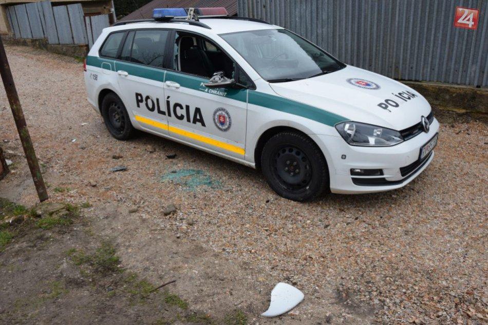11d4b4626 Pri dráme zazneli výstrely: Policajti spacifikovali muža, ktorý im do auta  ťal sekerou! | Rožňava24.sk